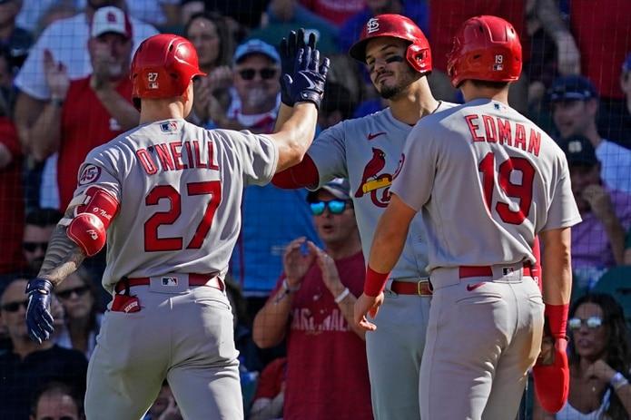 Tyler O'Neill (27) celebra con Nolan Arenado y Tommy Edman su vuelacercas de dos carreras de la quinta entrada del partido del viernes ante los Cubs de Chicago.
