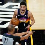 Devin Booker le dio brillo a los Suns en su debut de playoffs
