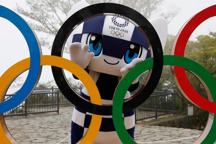 Miraitowa posa con los aros olímpicos en el monte Takao, en Hachioji, al oeste de Tokio.