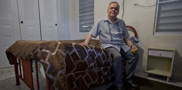 José López Rivera sentado en la cama que la familia le tiene preparada a su hermano.  (teresa.canino@gfrmedia.com)
