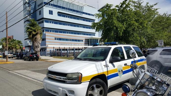 Tres policías murieron en un tiroteo en la Comandancia de Ponce.