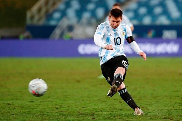 Lionel Messi de Argentina patea un tiro libre en el partido del grupo A entre Bolivia y Argentina de la Copa América en el estadio Arena Pantanal en Cuiabá (Brasil).