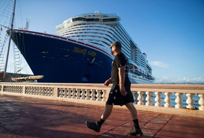 """Según indicó, el barco tiene capacidad para 6,500 pasajeros y estaba con una ocupación al 70% (4,500 cruceristas). De esos pasajeros, el 95%. """"están vacunados con sus dosis completas"""", y el 5% restante, """"en su mayoría son niños menores de 12 años""""."""