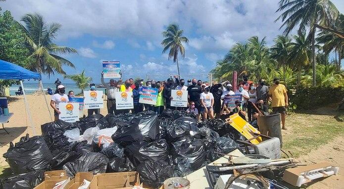Recogido de basura en playa Jobos, Isabela.