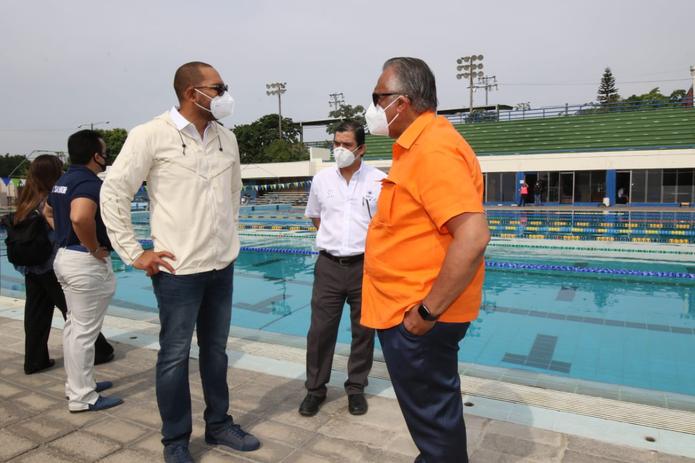 El presidente de Centro Caribe Sports, Luis Mejía (derecha), conversa con el presidente del Instituto Nacional de los Deportes de El Salvador, Yamil Bukele, durante la visita de CCS a ese país.
