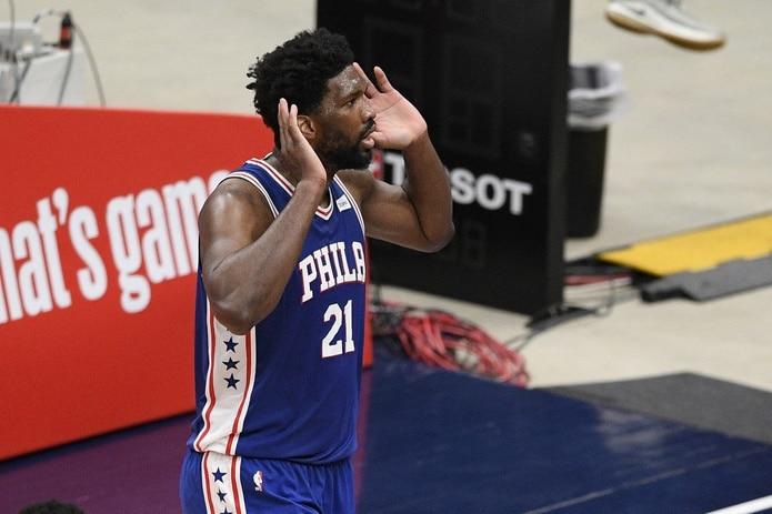 Joel Embiid, de los 76ers de Filadelfia, reta al público tras realizar una clavada ante los Wizards de Washington.