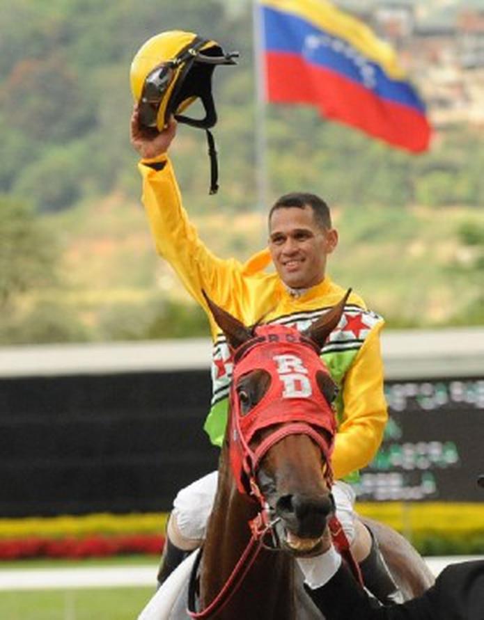 El destacado jinete Javier Castellano saluda al público luego de su victoria sobre la tresañera Fantástica Fabi en la Copa Dama Del Caribe. (Suministrada)