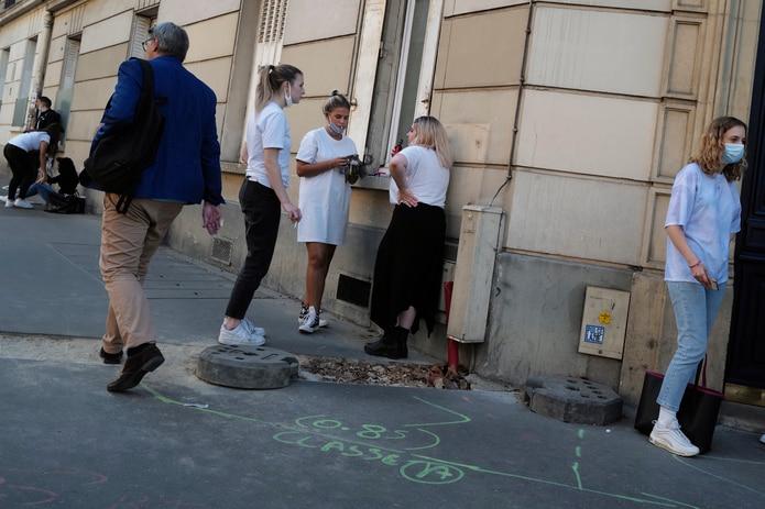 Cuatro ciudades francesas pasan a alerta máxima por repunte de casos
