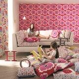 Telas y papeles pintados llenan de color la pared