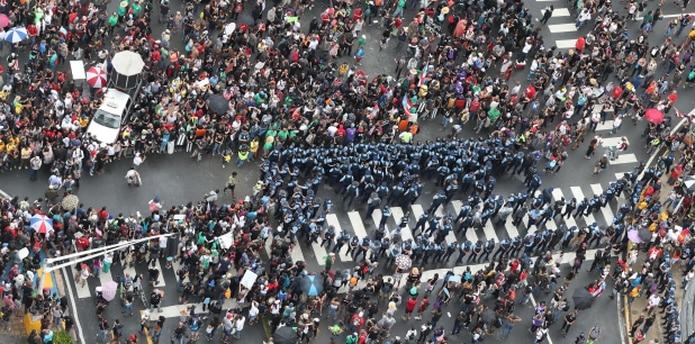 Momento en que agentes de la policía quedaron rodeados por manifestantes. (Archivo)