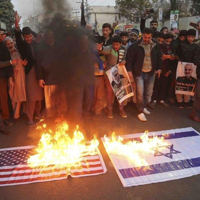 Musulmanes chiítas paquistaníes quemaron representaciones de banderas estadounidenses e israelíes tras el ataque. (AP / K.M. Chaudary)