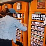 Mujer compra juegos de lotería tras la cancelación de su vuelo y se pega con un millón de dólares en Florida