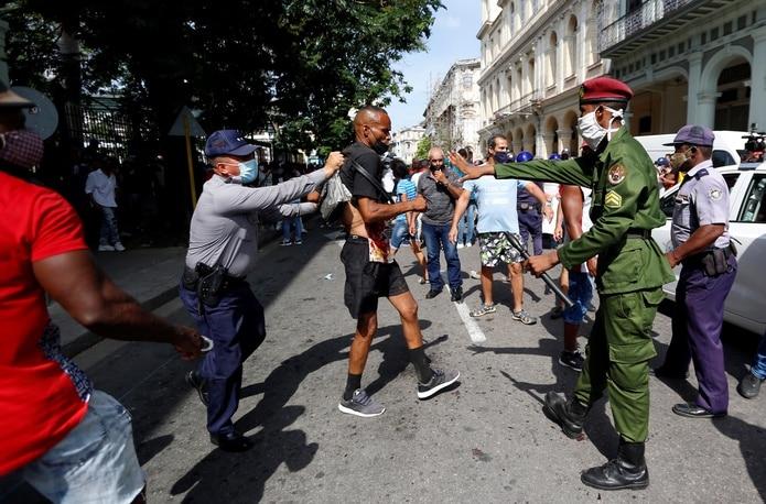 """Cientos de cubanos protestaron en julio en las calles de La Habana al grito de """"libertad"""". EFE/Ernesto Mastrascusa"""