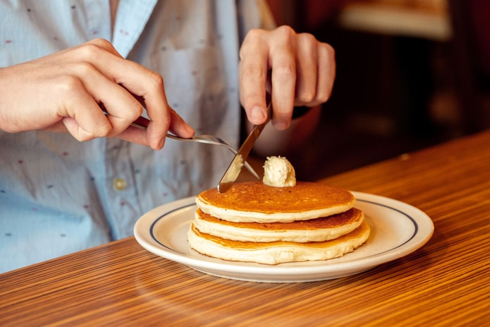 """Disfruta de un """"stack"""" de los mundialmente famosos Buttermilk Pancakes de IHOP mientras cooperas con los pacientes que se benefician de la Fundación."""