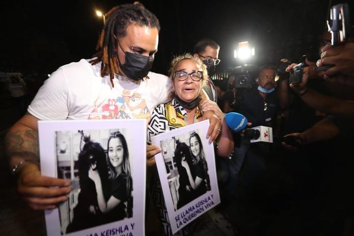 La madre de Keishla Rodríguez frente al Tribunal Federal en la noche en que Félix Verdejo se entregó a las autoridades.