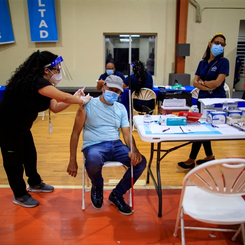 Vacunación contra COVID-19 en el residencial Luis Llorens Torres