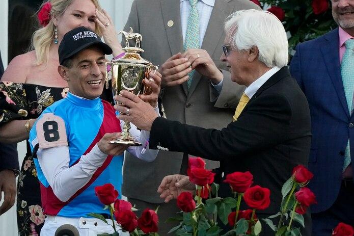El entrenadorBob Baffert le entrega el trofeo de ganador del Kentucky Derby al jinete puertorriqueño John Velázquez.