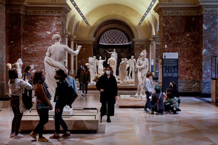 El Louvre ha vivido uno de sus períodos más difíciles pues ha pasado de acoger hasta 10 millones de visitantes anuales en los últimos años, un récord mundial, a quedarse completamente solo: desde marzo de 2020, tan solo ha estado abierto cuatro meses.