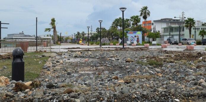 El mar se metió hasta Bahía Viva, el recién remodelado malecón de Cataño. (josekarlo.pagan@gfrmedia.com)