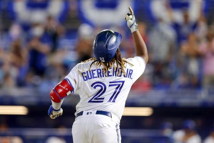El dominicano Vladimir Guerrero Jr., de los Blue Jays de Toronto, festeja su paso por la tercera base después de disparar su tercer jonrón contra los Nacionales de Washington en la séptima entrada.