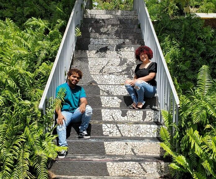 Misael Rivera Villegas y Onamy Muñoz Resto comparten frente a un mosaico con la imagen de Sor Isolina Ferré.