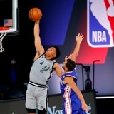 Triple de Shake Milton dio triunfo a los 76ers sobre los Spurs