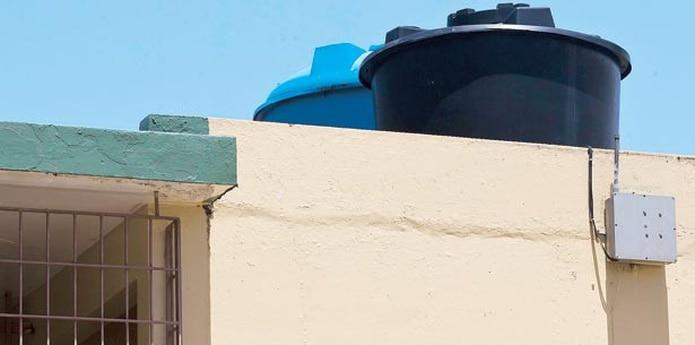 El Departamento de Educación ha coordinado varios esfuerzos para proveerle agua a las escuelas que carecen de cisternas. (Archivo)