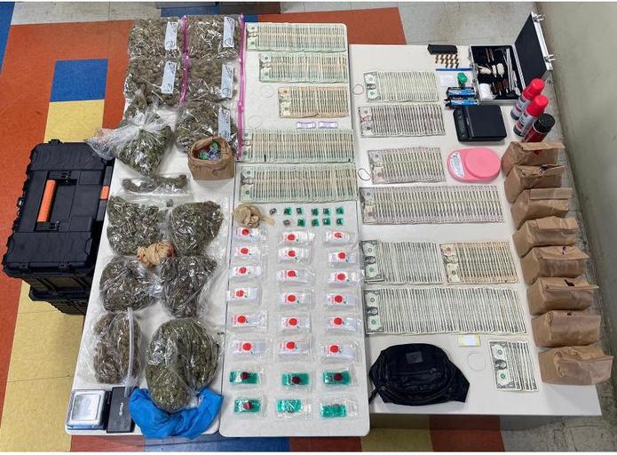 """Ocupado durante un allanamiento en una residencia del barrio Jacaguas en Juana Díaz donde ocuparon más de seis libras de marihuana de la variedad """"cripy"""", un cargador y más de $7,400."""