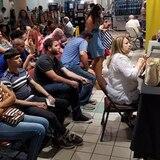 Largas filas en centros comerciales para inscribirse