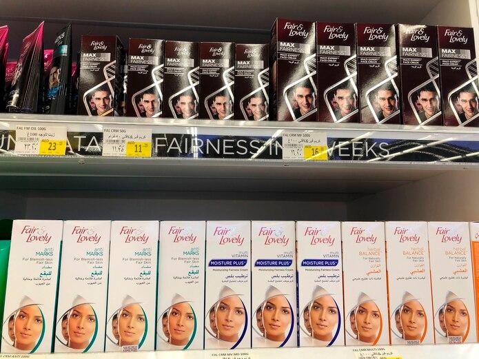 Cremas que prometen piel más clara se exhiben en estantes en Dubái, Emiratos Árabes Unidos
