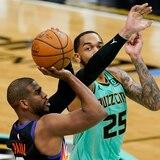 Devin Booker cargó a los Suns ante Charlotte