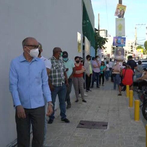 Dominicanos eligen a su presidente entre una explosión de contagios de COVID-19