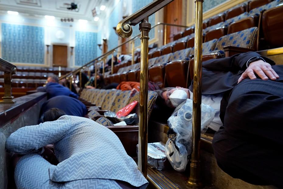 El Capitolio de Estados Unidos se vio obligado a cerrar sus puertas el miércoles, con los legisladores en el interior, luego de que se produjeron choques violentos entre partidarios del presidente Donald Trump y la policía.