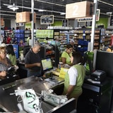 Boricuas buscan ahorrarse unos pesitos en el supermercado