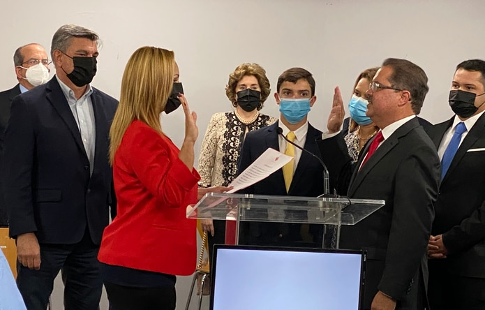 La senadora por el distrito Mayagüez Aguadilla, Ada García Montes, fue la encargada de tomar el juramento a Dalmau Santiago.