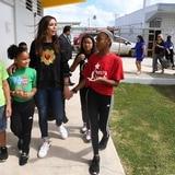 Giselle Blondet ayuda a escuela en Loíza