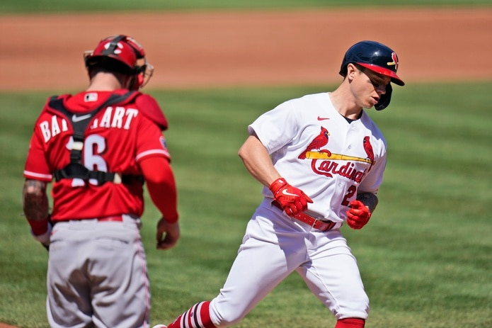 Tyler O'Neill, de los Cardinals, pisa el plato tras desaparecer la pelota ante Cincinnati el domingo.