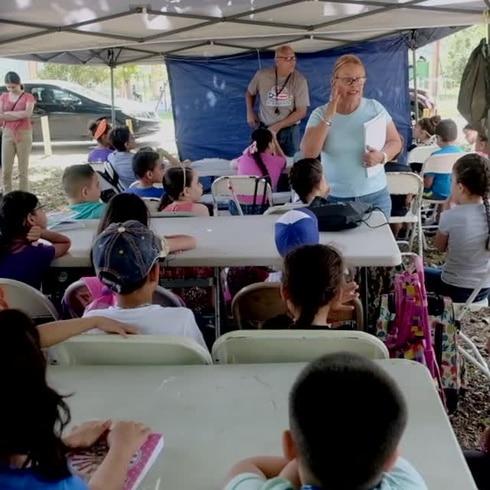 Educan a niños bajo carpas tras el terremoto