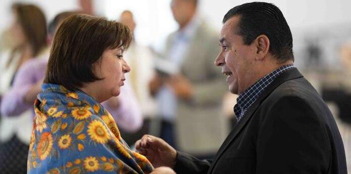 La directora ejecutiva de la Junta de Supervisión Fiscal (JSF), Natalie Jaresko escucha al alcalde de Cidra, Javier Carrasquillo. (Archivo)