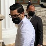 Jensen Medina llega al tribunal en medio de gritos