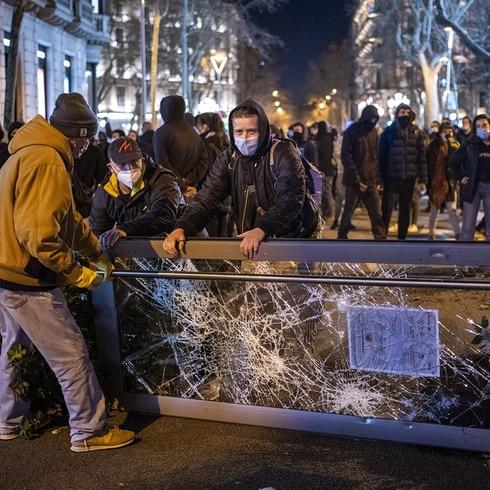 Fanáticos del rapero Pablo Hasél se tiran a la calle