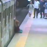 Mujer queda pinchada en el tren y es arrastrada por la plataforma