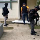 Narcos vuelven a colocar portón de metal en residencial Arístides Chavier en Ponce