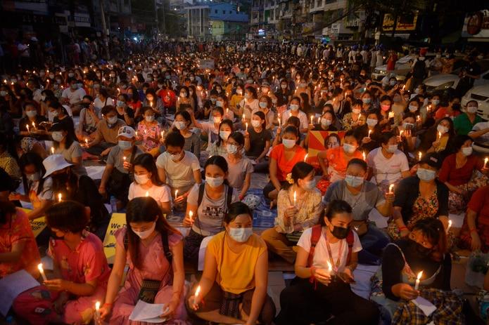 Miles de personas asistieron la noche del sábado a una vigilia pacífica en Yangon, luego de una jornada en la que más temprano en el día murieron cinco personas a manos de las fuerzas golpistas.