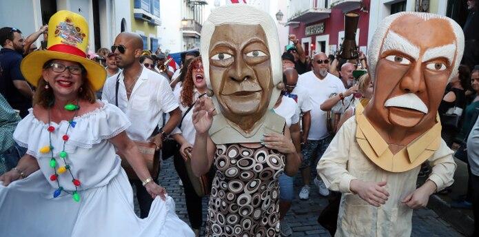 Los cabezudos del historiador Ricardo Alegría y de la líder comunitaria Rafaela Balladares fueron los que encabezaron la comparsa que avivó a los presentes. (david.villafane@gfrmedia.com)