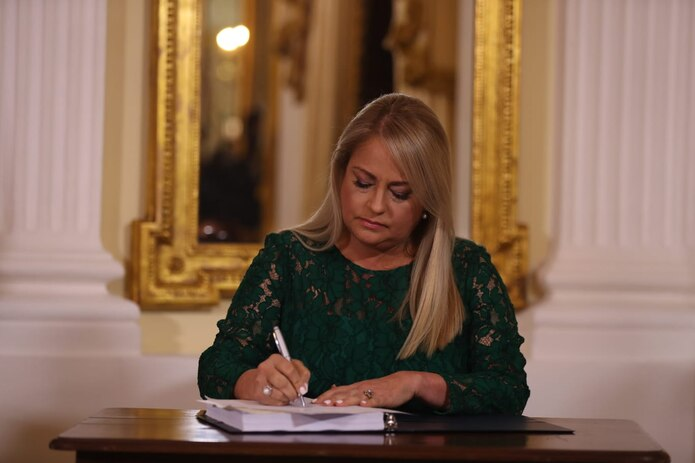 La gobernadora Wanda Vázquez firma el nuevo Código Civil.
