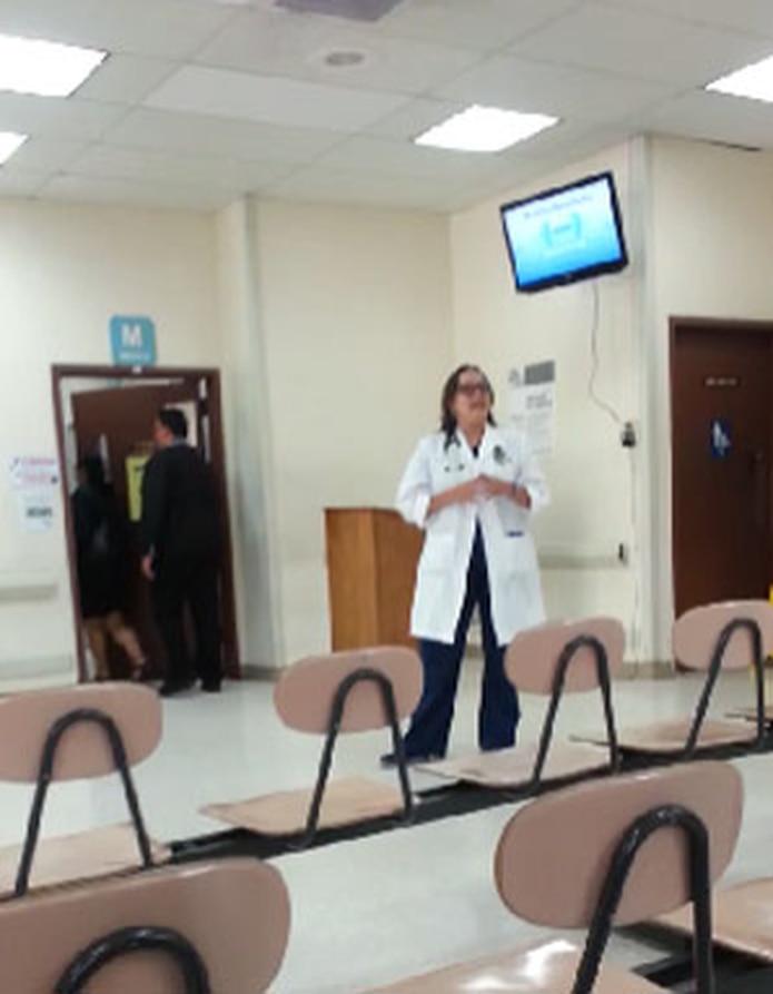 El vídeo fue captado por uno de los pacientes y colgado en la red social Youtube, lo que precipitó la acción disciplinaria contra la galena, identificada como Gloria Ortiz.(Youtube)