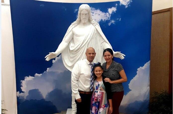 Juan López junto a su esposa Stephanie y su hija, Andrea Nicole.