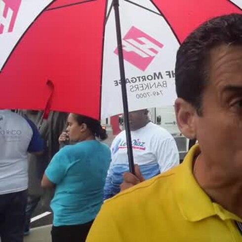 Leo Díaz celebra caravana bajo la lluvia
