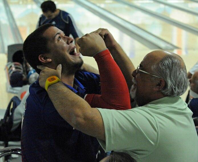 Andro Simounet, aquí celebrando con su padre Andy, la medalla de oro en Ternas en los Juegos Centroamericanos de Mayagüez 2010, enfrenta nuevamente un diagnóstico de cáncer.